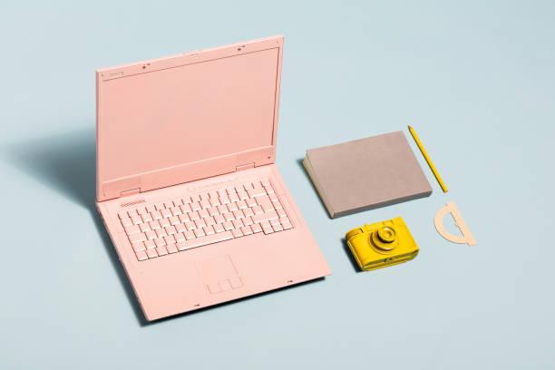 minimale pastell arbeitsbereich ausrüstung. - pastellstifte stock-fotos und bilder