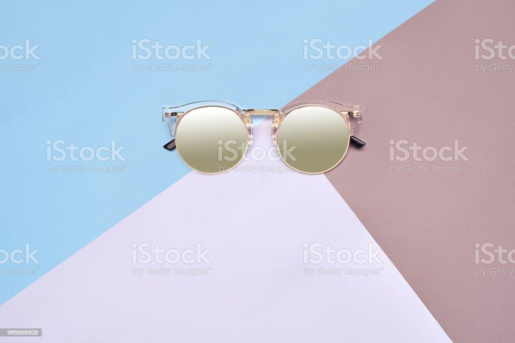 Minimal-Stil. Minimalistische Mode-Fotografie. Modesommer wird kommenden Konzept. Sonnenbrille auf einem farbigen Hintergrund - Lizenzfrei Abstrakt Stock-Foto