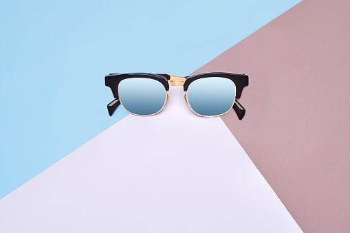 Minimalistische Stijl Minimalistische Modefotografie Fashion Zomer Is Komende Concept Zonnebril Op Een Kleurrijke Achtergrond Stockfoto en meer beelden van Abstract