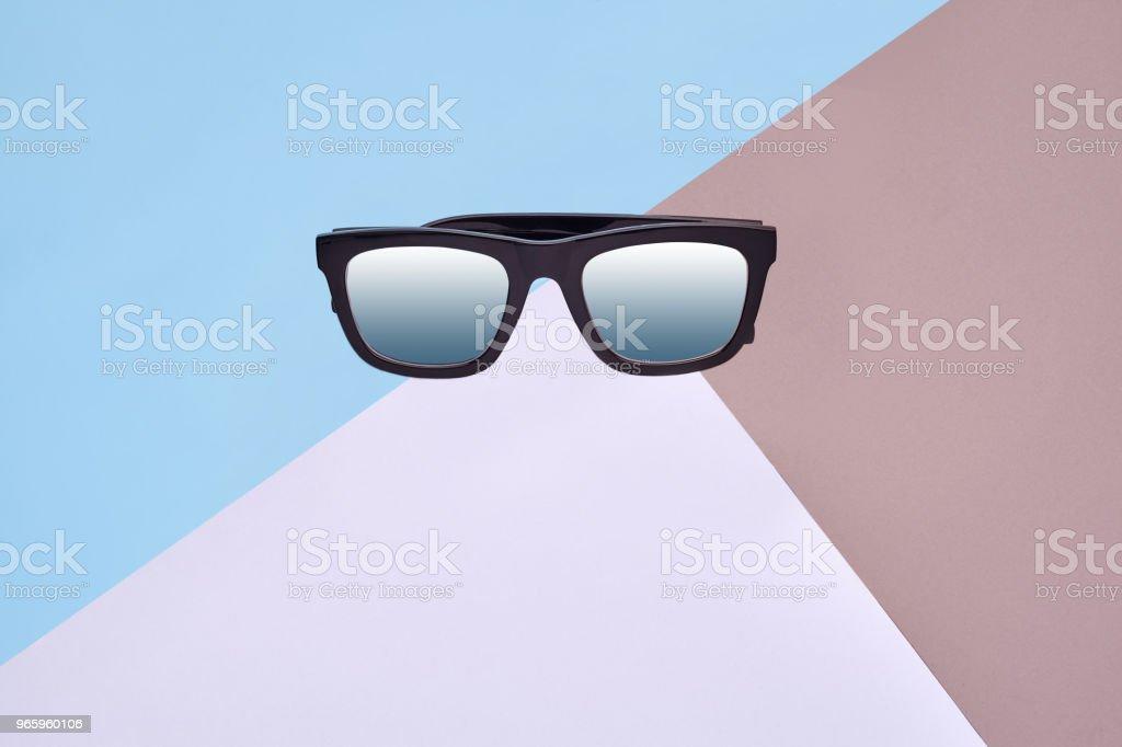 Minimalistische stijl. Minimalistische modefotografie. Fashion zomer is komende concept. Zonnebril op een kleurrijke achtergrond - Royalty-free Abstract Stockfoto