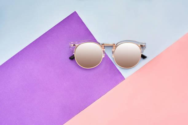 最小限のスタイル。シンプルなファッション写真。ファッション夏は来る概念です。カラフルな背景にサングラス - ポップミュージシャン ストックフォトと画像
