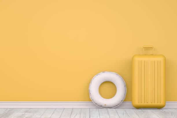Minimales Sommer-und Reisekonzept auf gelbeem Hintergrund – Foto