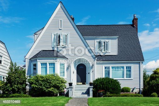 Photo of an early American minimal traditional shingle style home.