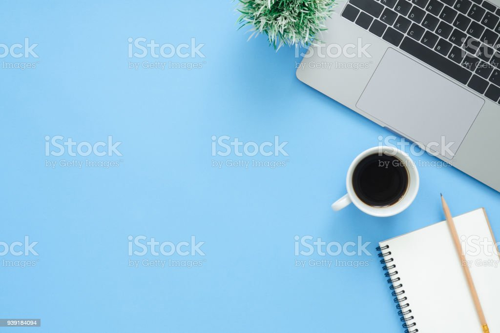 Minimal work space - Creative flat lay photo of workspace desk. Top view office desk with laptop, notebooks and coffee cup on blue color background. Top view with copy space, flat lay photography. - foto stock