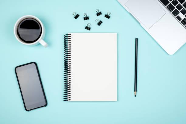 minimale schreibtisch mit laptop und leere editor-seite. ansicht von oben flach legen und textfreiraum - unterrichtsplanung vorlagen stock-fotos und bilder