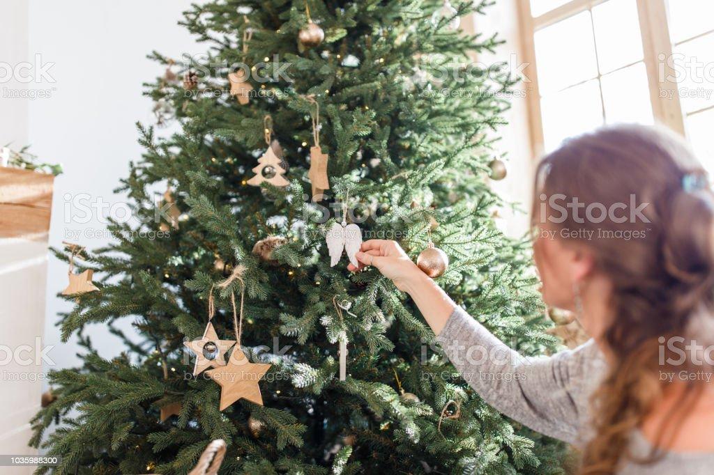 Minimalismus Weihnachtsbaum Im Skandinavischen Stil Frau Cristmas Baum Im  Wohnzimmer Zuhause Dekorieren Stockfoto und mehr Bilder von Baum