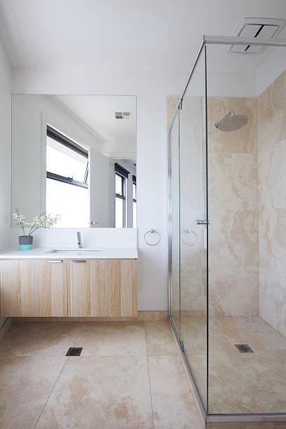 minimalistische beige moderne badezimmer in luxus-australian hause - laminatschränke stock-fotos und bilder