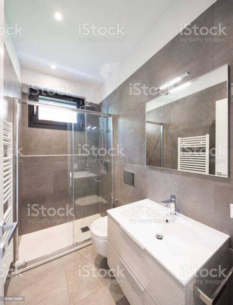 Minimalista Moderno Cuarto De Baño Con Azulejos Grandes Foto ...