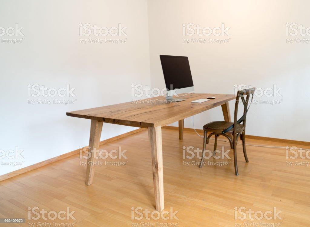 Bureau minimaliste avec table et chaise et ordinateur - Photo de Affaires libre de droits
