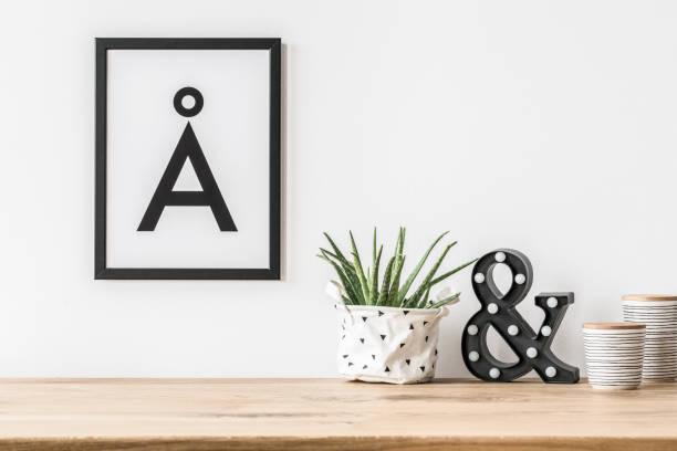 minimalistische poster und led-licht - stoffregal stock-fotos und bilder