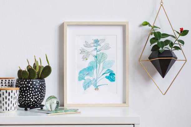 minimaliste et élégante maison intérieur, floral affiche mock up avec cadre photo en bois, des plantes, des boîtes de hipster et pendaison plante en pot géométrique sur fond de mur blanc. notion de plateau blanc. - camera sculpture photos et images de collection