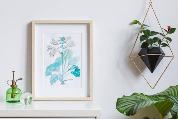 minimaliste et élégante maison intérieur, floral affiche mock up avec cadre photo en bois, plantes, arrosage vert et accrocher la plante en pot géométrique sur fond de mur blanc. notion de plateau blanc. - camera sculpture photos et images de collection
