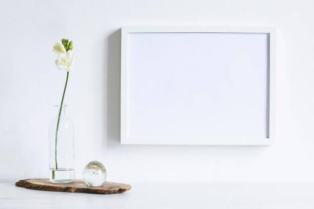 composition minimaliste de maquettes cadre photo avec des fleurs en boule transparente de vase et verre design. concept élégant de shelfie. mur de fond blanc. - camera sculpture photos et images de collection