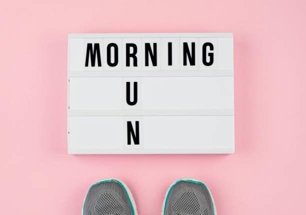 minimalistische konzept einer gesunden lebensweise und körperliche aktivität. - rosa zitate stock-fotos und bilder