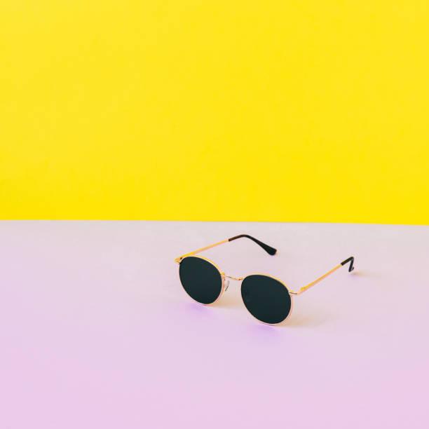 Minimalistischemodische und stilvolle Set von einer Sonnenbrille – Foto