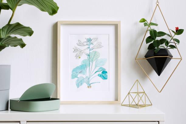 minimaliste maison intérieur floral affiche mock up avec vertical en bois photo frame, plantes, boîte, accessoires et pendaison plante en pot géométrique sur fond de mur blanc. notion de plateau blanc. - camera sculpture photos et images de collection