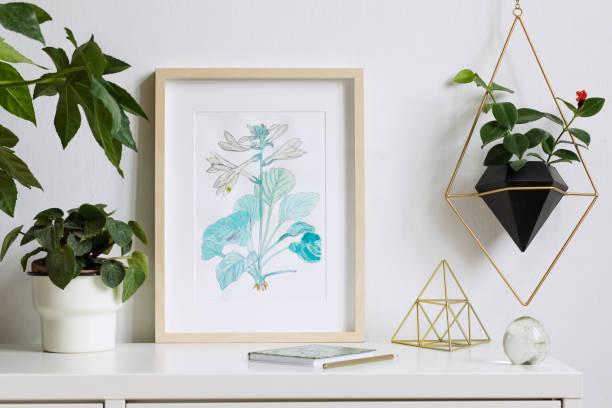 minimaliste maison intérieur floral affiche mock up avec vertical en bois photo frame, plantes, accessoires et pendaison plante en pot géométrique sur fond de mur blanc. notion de plateau blanc. - camera sculpture photos et images de collection