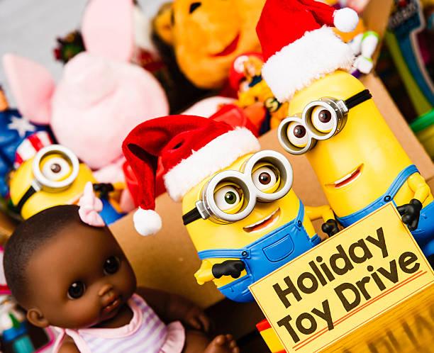 minion bob und kevin für eine toy drive - minion thema stock-fotos und bilder