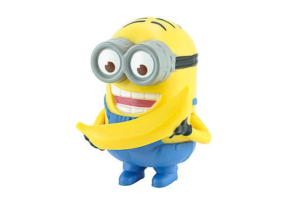 minion dave mit gelben bananen - minion thema stock-fotos und bilder