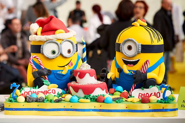 minions-kuchen - minion thema stock-fotos und bilder