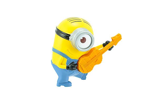 minions spielen eine gitarre spielzeug-zeichen - minion thema stock-fotos und bilder
