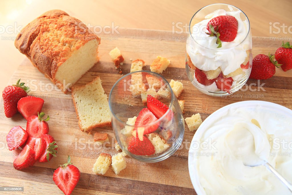 Mini-trifles with strawberries preparation Lizenzfreies stock-foto