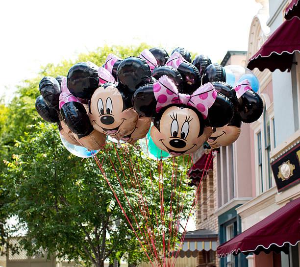 minnie maus ballons für den verkauf - disney dekorationen stock-fotos und bilder