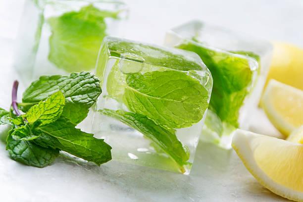 cubo di ghiaccio con menta infuso - menta erba aromatica foto e immagini stock