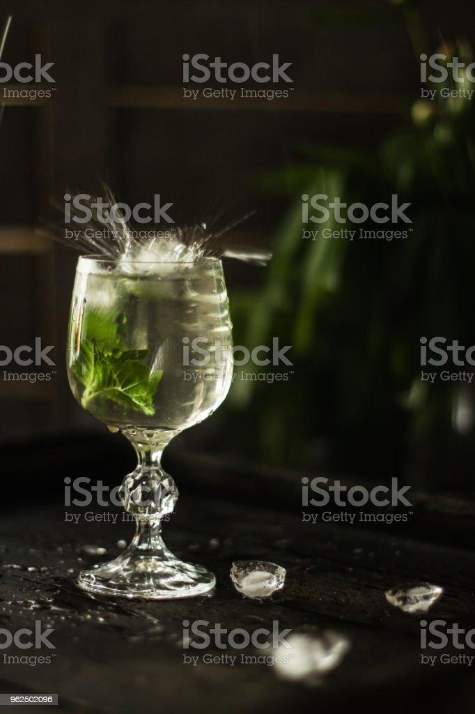 limonada e fresco de hortelã hortelã (pétalas frescas de hortelã com a bebida e refrigeração) - Foto de stock de Arte, Cultura e Espetáculo royalty-free