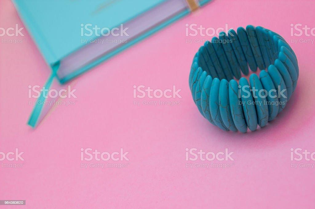 Caderno de menta no fundo e mentol pulseira de cor-de-rosa pastel - Foto de stock de Beleza royalty-free