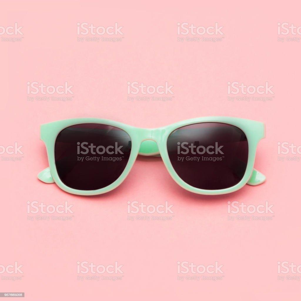 2158d12c12 Menta las gafas de sol aislados en fondo rosa. Closeup. foto de stock libre