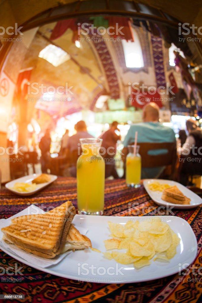 Limonade frappée et fromage pain service au Grand Bazar. Istanbul Turquie photo libre de droits