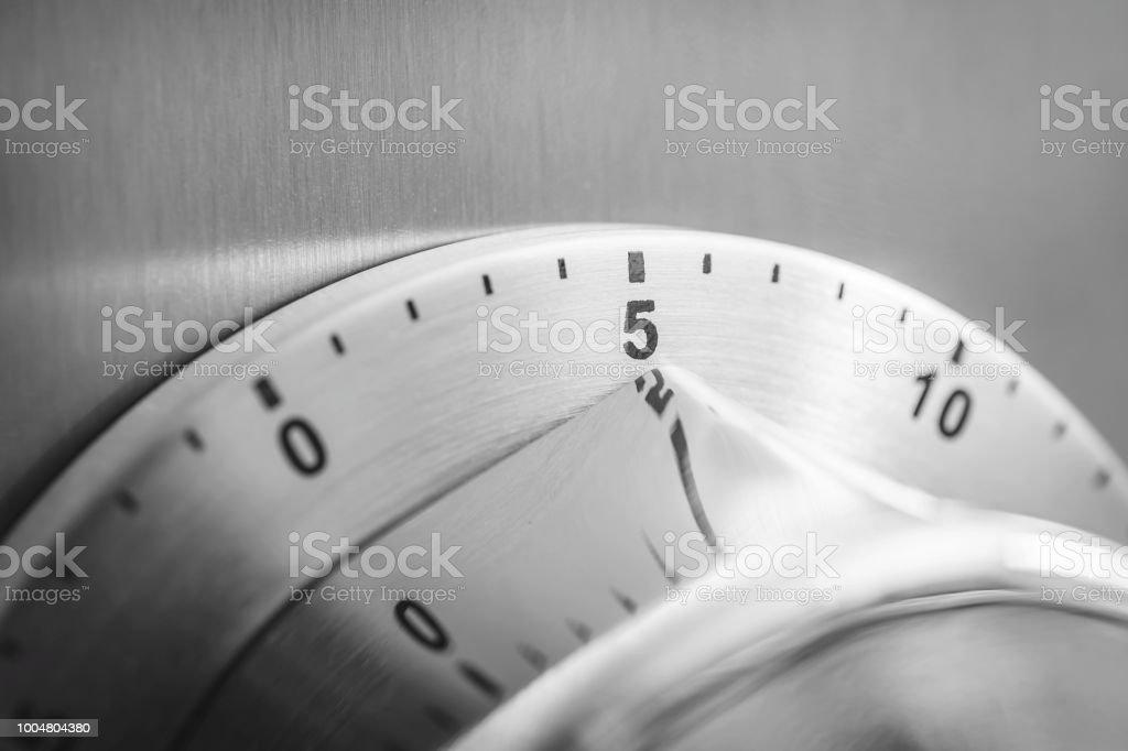 5 minutos - temporizador de cocina cromo analógico a un refrigerador - foto de stock