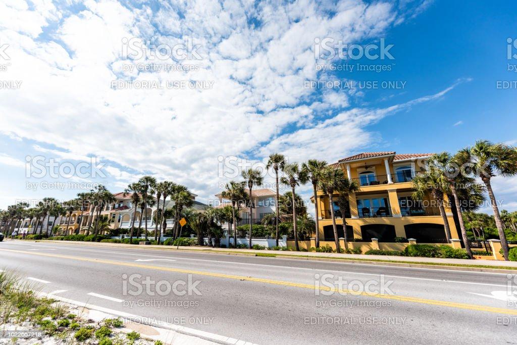 Miramar beach cidade cidade vila colorido multicoloridos amarelo à beira-mar abriga durante o dia de sol em Florida panhandle do Golfo do México, Costa estrada estrada rua - foto de acervo