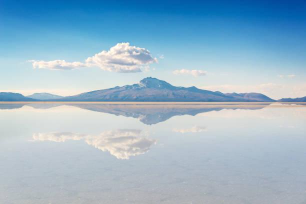 miror 烏尤尼 (烏尤尼鹽單位)、波托西、玻利維亞、南美的山脈的影響和反射 - 阿爾蒂普拉諾山脈 個照片及圖片檔