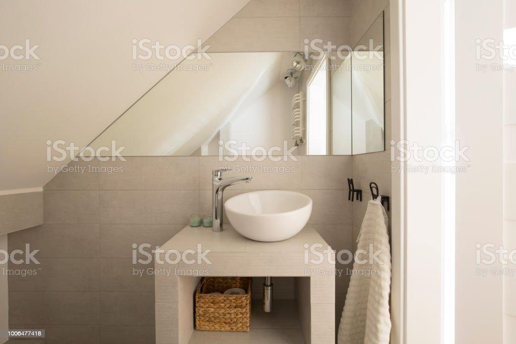 Spiegel Uber Dem Waschbecken In Beige Badezimmer Interieur
