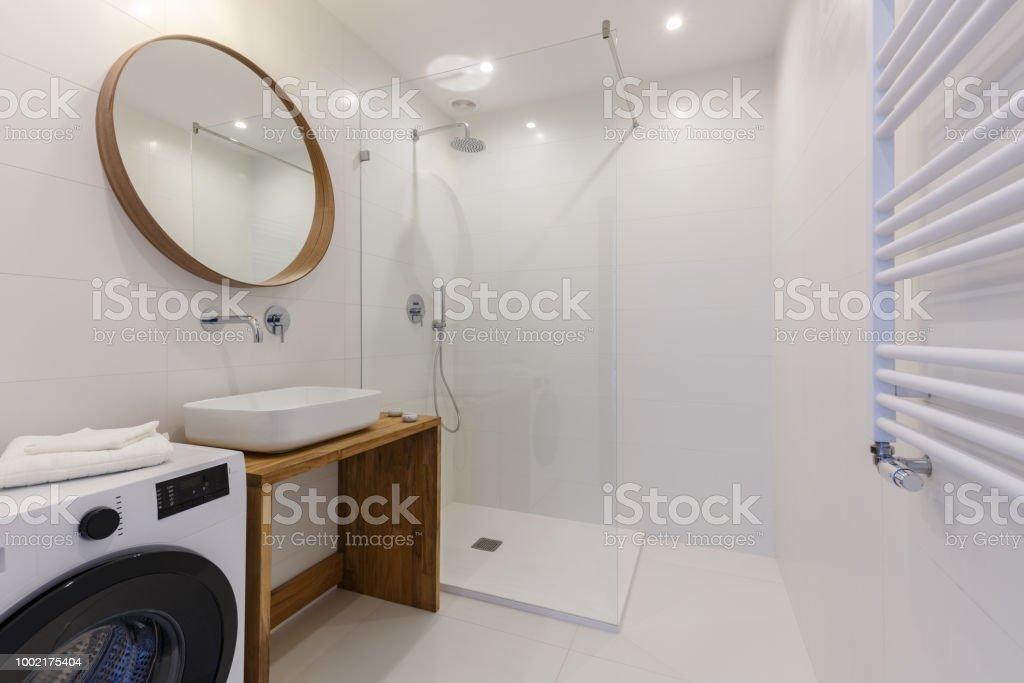 Lavadora Con Lavabo.Espejo Sobre El Lavabo En El Interior Del Bano Con Ducha Y