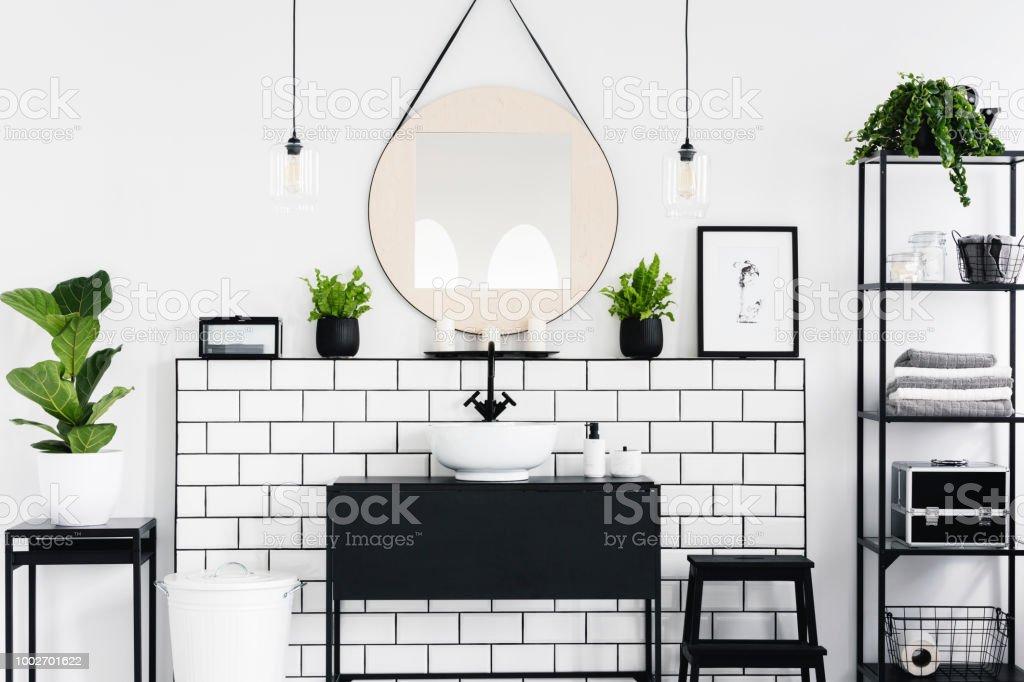 Spiegel Und Poster Über Schwarze Waschbecken Im Badezimmer ...