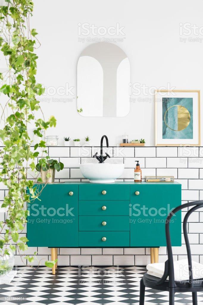 Spiegel Und Poster Über Grün Gehäuse Im Badezimmer Interieur Mit ...