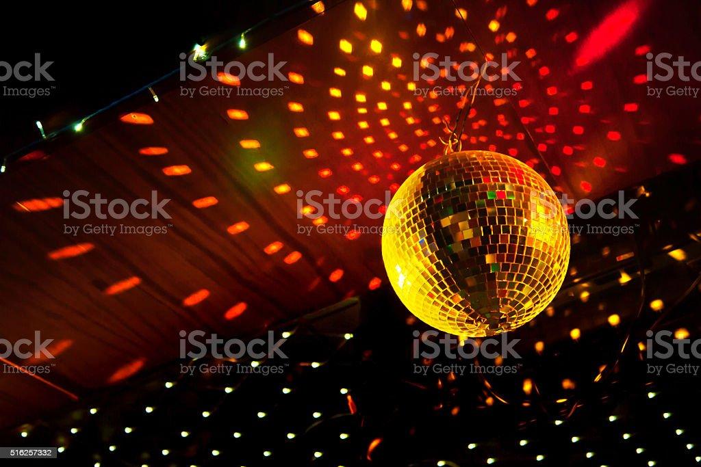 ディスコミラーボールに光を反射し、床から天井までの ロイヤリティフリーストックフォト