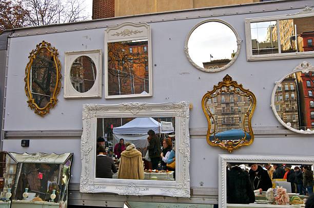 spiegel bilder auf einer stadt-flohmarkt, manhattan, nyc - maschendrahtzaun preis stock-fotos und bilder