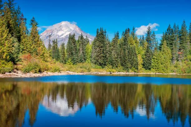 mirror lake and mount hood oregon usa - góry kaskadowe zdjęcia i obrazy z banku zdjęć