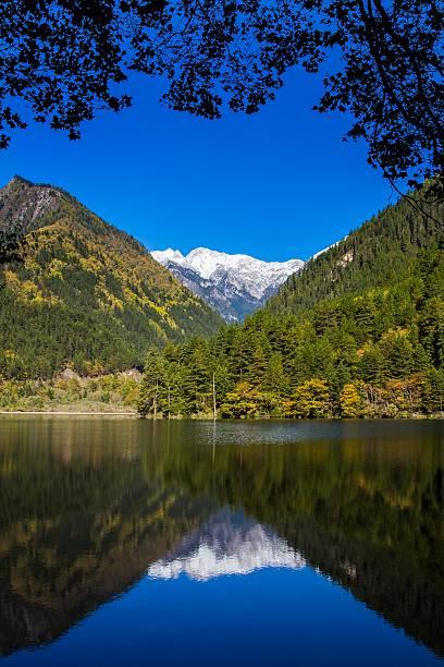 mirror lake à jiuzhaigou scenic - lac mirror lake photos et images de collection