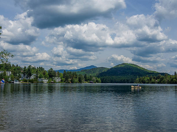 mirror lake of lake placid village - lac mirror lake photos et images de collection