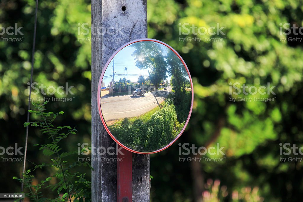 Mirror of spherical type reflecting an intersection Lizenzfreies stock-foto