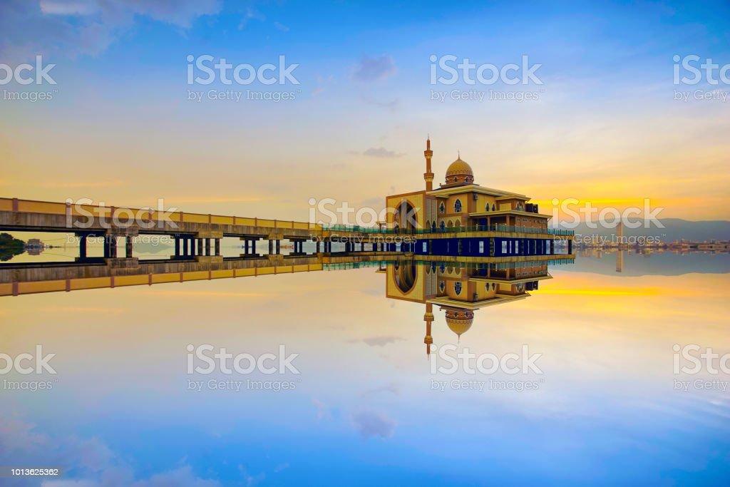 Spiegelbild der schönen öffentlichen Moschee in Penang während des Sonnenuntergangs. – Foto