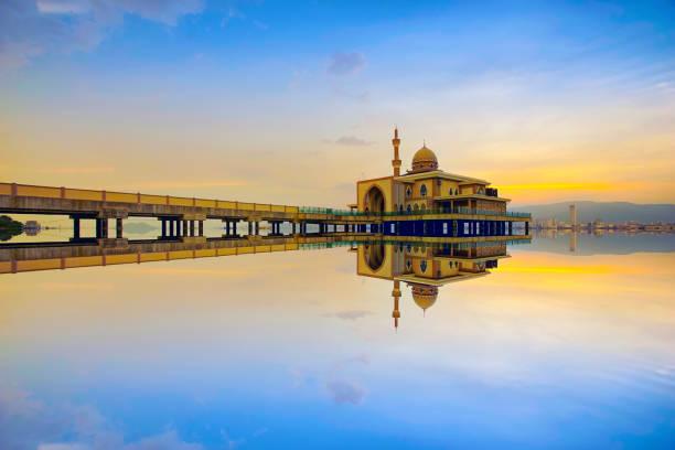 Spiegelbild der schönen öffentlichen Moschee in Penang bei Sonnenuntergang – Foto