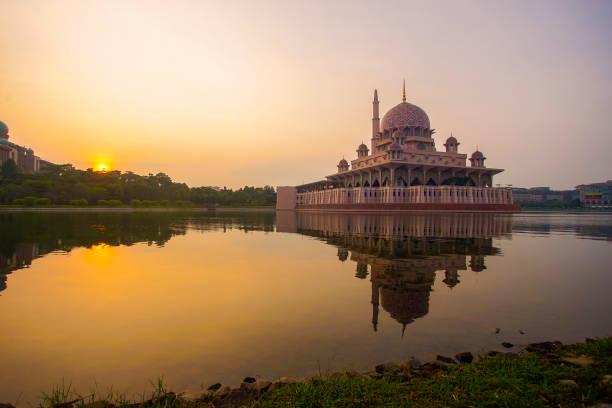 Spiegelbild der schönen Putra Moschee im See bei Sonnenaufgang – Foto