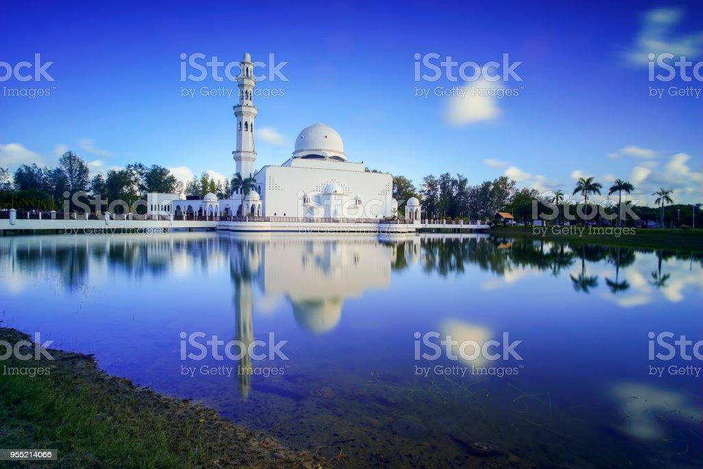 Spiegelbild der wunderschöne Weiße Moschee in den See bei Kuala Terengganu. – Foto