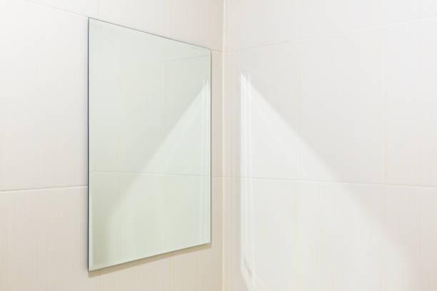mirror toilet interior - wandspiegel weiß stock-fotos und bilder